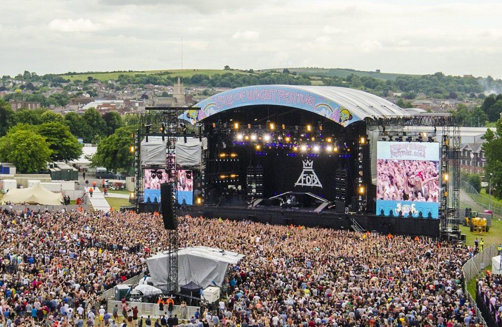 Scène d'un festival avec le public.